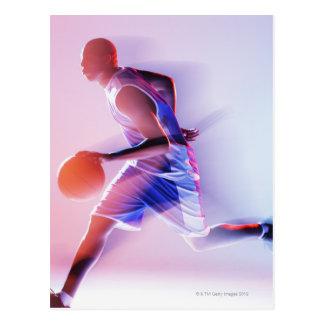 Vue brouillée de joueur de basket ruisselant carte postale