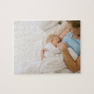 Vue courbe de femme allaitant le bébé puzzle