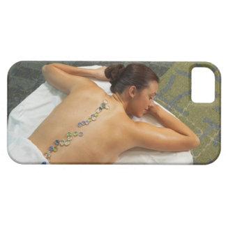 Vue courbe de femme recevant la pierre chaude étuis iPhone 5