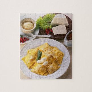 vue courbe des ravioli bourrés servis avec puzzle