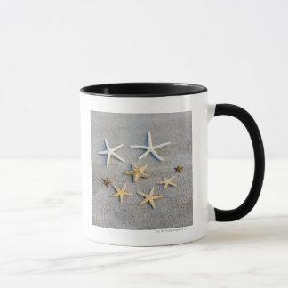 Vue courbe d'une étoile de mer sur la plage mugs