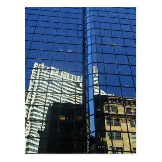 Vue d'angle faible de la réflexion des bâtiments carte postale