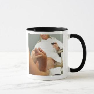 Vue d'angle faible de l'homme recevant le massage mug