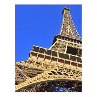Vue d'angle faible de Tour Eiffel contre le ciel Carte Postale