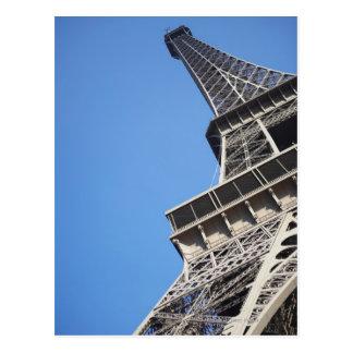 Vue d'angle faible de Tour Eiffel, Paris, France Carte Postale