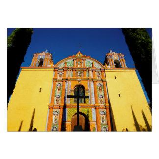 Vue d'angle faible d'église fleurie jaune carte de vœux