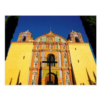 Vue d'angle faible d'église fleurie jaune carte postale