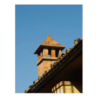 Vue d'angle faible d'une cheminée sur un toit, San Carte Postale