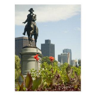 Vue d'angle faible d'une statue dans le jardin, carte postale