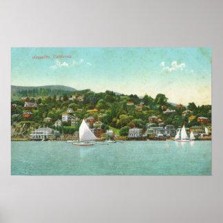 Vue de bord de mer de la ville, bateaux à voile affiches