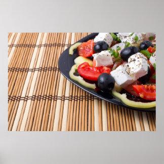 Vue de côté de salade végétarienne fraîche poster