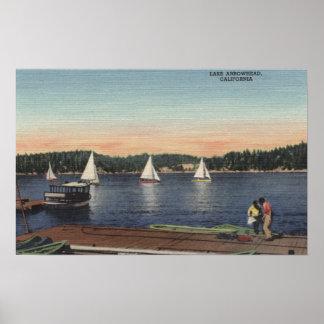 Vue de dock, de lac, et de voiliers posters