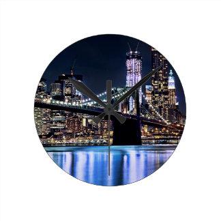 Vue de la réflexion de pont de Brooklyn de New Yor Horloge Ronde
