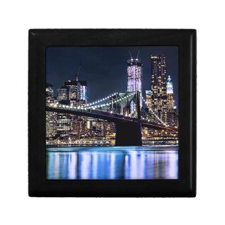 Vue de la réflexion de pont de Brooklyn de New Yor Petite Boîte À Bijoux Carrée