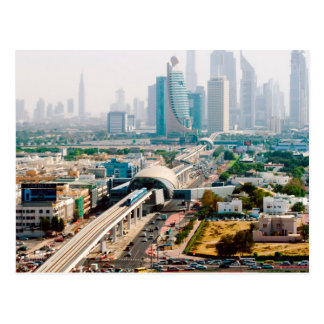 Vue de ligne et de gratte-ciel de métro de ville carte postale