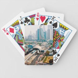Vue de ligne et de gratte-ciel de métro de ville jeu de cartes