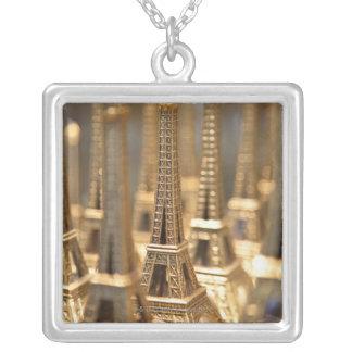 vue de petits Tours Eiffel à vendre aux touristes Pendentif Carré