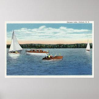 Vue de voile et de canots automobiles sur le lac O Posters