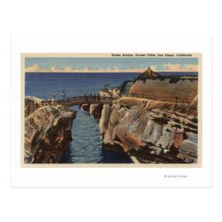 Vue des falaises rustiques de pont et de coucher carte postale