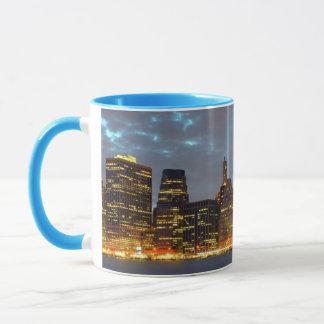Vue d'horizon de ville dans la nuit mug