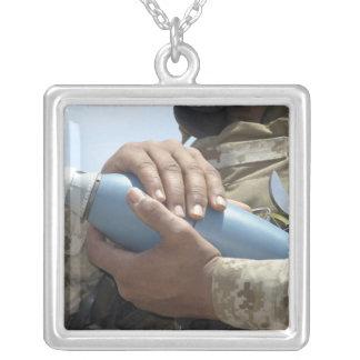 Vue en gros plan d'un soldat berçant des munitions collier
