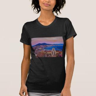 Vue merveilleuse de ville de Naples avec le bâti T-shirt