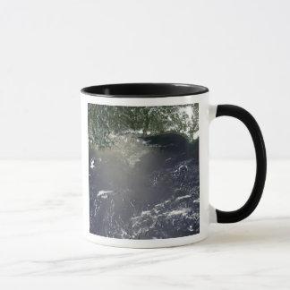 Vue satellite de la fuite d'huile mugs