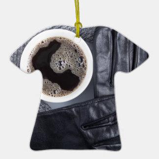Vue supérieure d'une tasse blanche de café et de ornement t-shirt en céramique