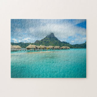 Vue sur le puzzle denteux d'île de Bora Bora