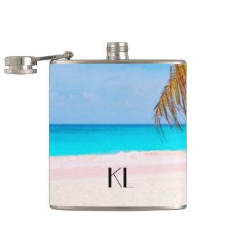 Vue tropicale de plage avec vos initiales flasques