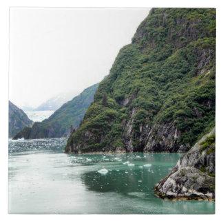 Vues par une tuile de photo de fjord grand carreau carré