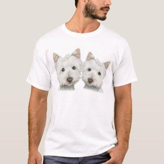 Westie mignon poursuit le T-shirt des hommes