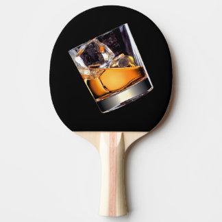 Whiskey sur la palette de ping-pong de roches raquette de ping pong
