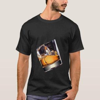 Whiskey sur le T-shirt d'obscurité de roches
