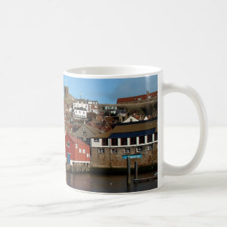 Whitby avec la vieille maison de canot de mug