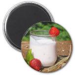 yaourt avec le fruit sur un conseil magnets