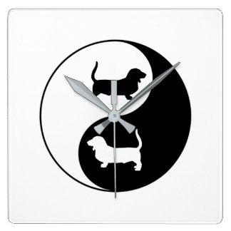 Yin et Yang Basset Hound Horloge Carrée