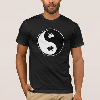 Yin Yang avec le T-shirt de mains
