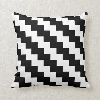 Zigzag moderne en noir et blanc coussin