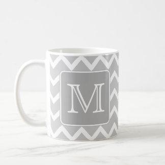 Zigzags gris et blancs avec le monogramme fait sur mug